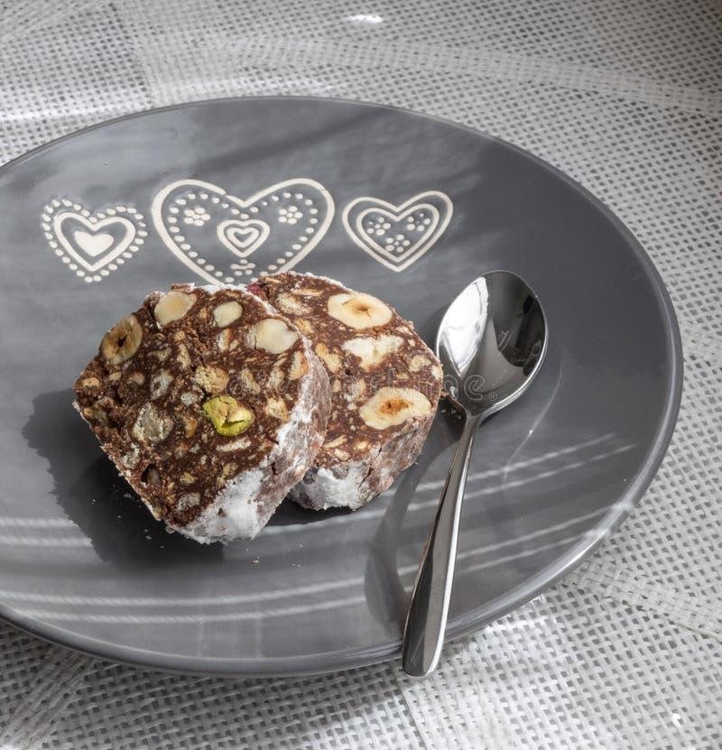 Chocoladecake met hazelnoten en pistaches royalty-vrije stock afbeeldingen