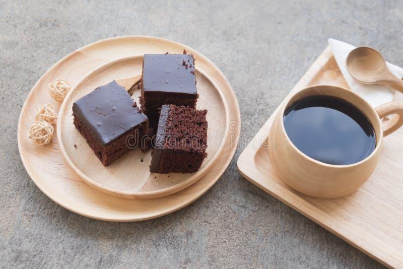 Chocoladecake met hete koffie wordt gediend die stock fotografie