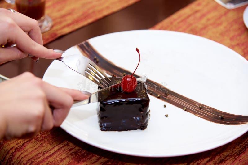 Chocoladecake met kersen op bovenkant stock fotografie
