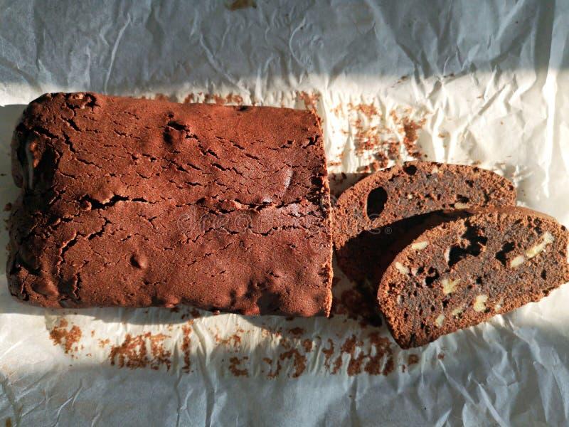 Chocoladecake met noten - browniecake stock afbeeldingen