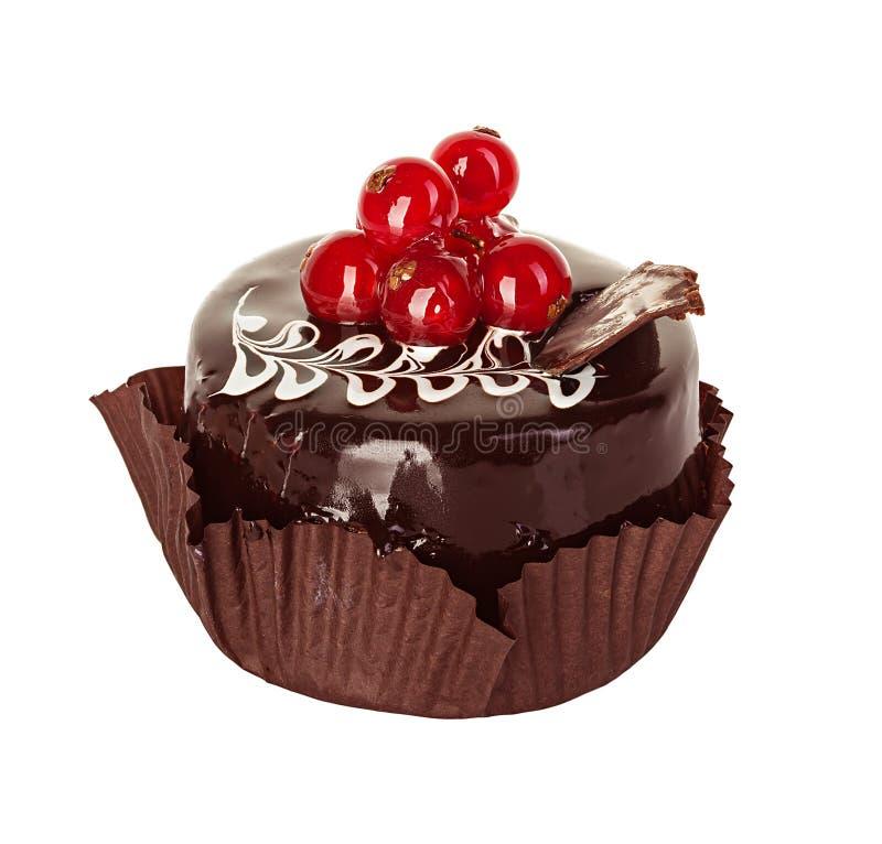 Chocoladecake met rode aalbes op wit wordt geïsoleerd dat royalty-vrije stock fotografie