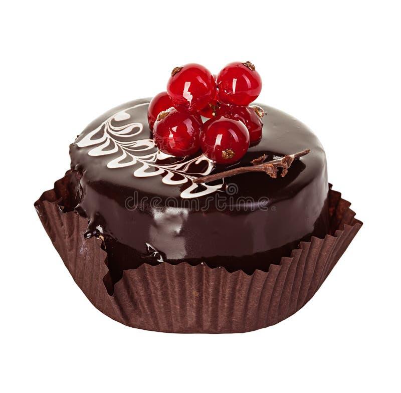 Chocoladecake met rode aalbes op wit wordt geïsoleerd dat royalty-vrije stock afbeelding