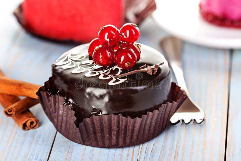 Chocoladecake met rode aalbessen royalty-vrije stock fotografie