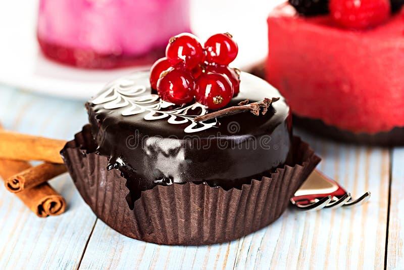 Chocoladecake met rode aalbessen stock afbeeldingen