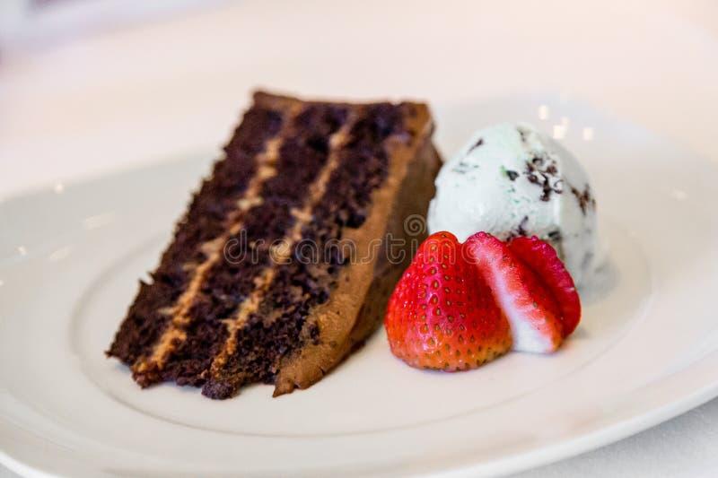 Chocoladecake met roomijs en aardbeien royalty-vrije stock afbeeldingen