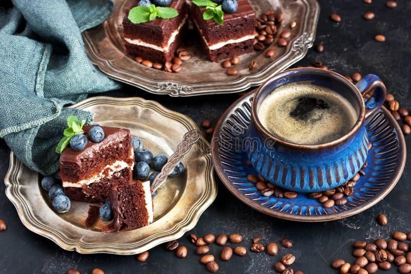 Chocoladecakes met koffiemok op donkere concrete achtergrond stock fotografie