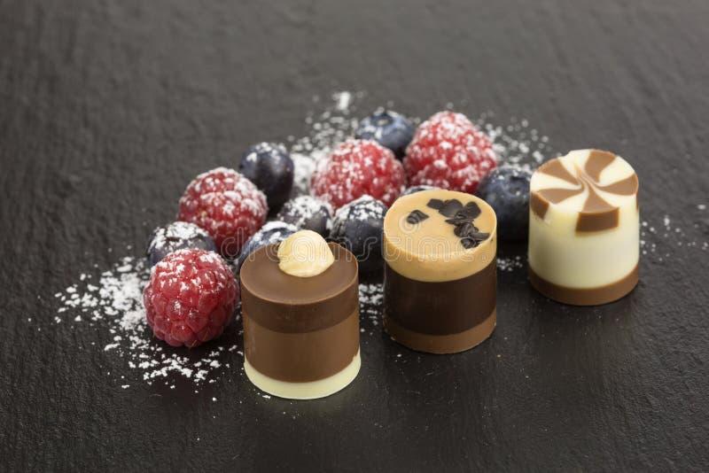 Chocoladedessert met bessen royalty-vrije stock fotografie