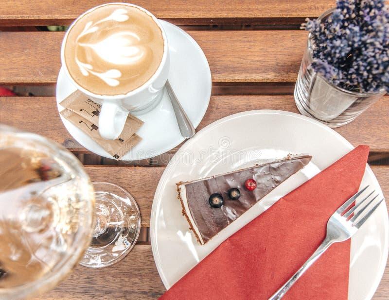 Chocoladekaastaart met koffie op houten lijst royalty-vrije stock afbeelding