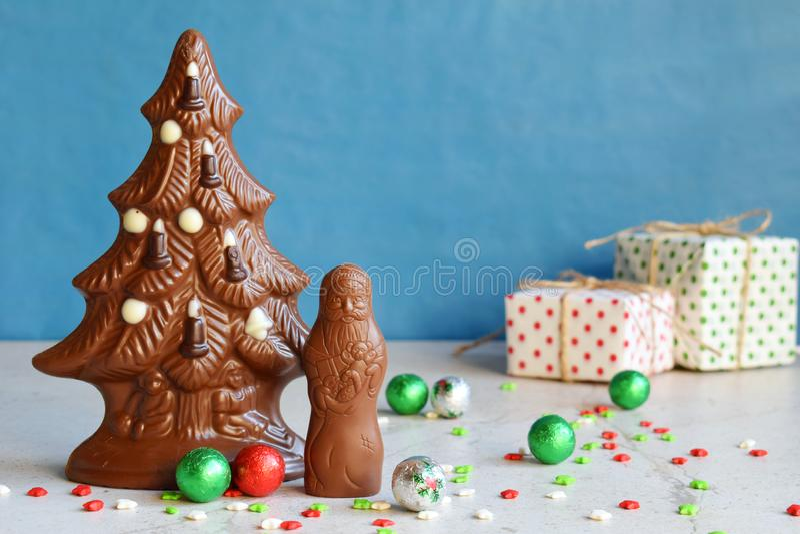 Chocoladekerstboom en Santa Claus op blauwe achtergrond Gelukkig nieuw jaar en Vrolijk Kerstmisconcept De ruimte van het exemplaa royalty-vrije stock afbeeldingen