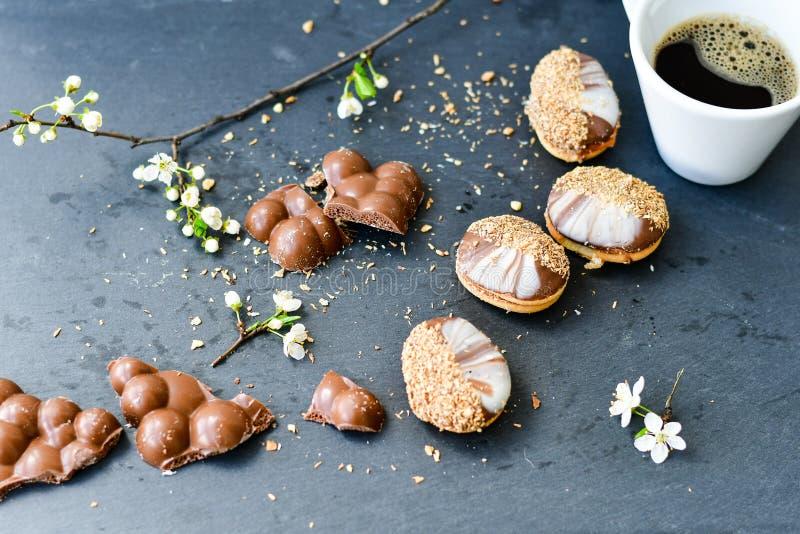 Chocoladekoekjes en kop van koffie royalty-vrije stock afbeelding