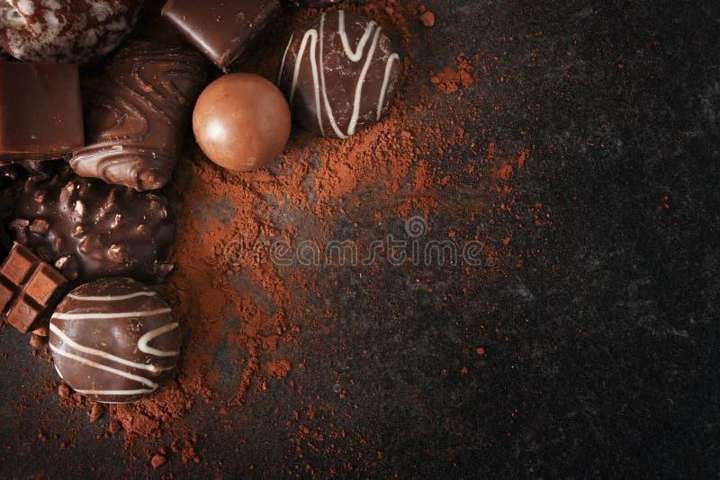 Chocoladekoekjes en pralines voor Kerstmis en komst op een dar stock fotografie