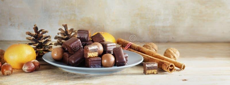 Chocoladekoekjes en snoepjes voor Kerstmis en Komst op een rusti royalty-vrije stock foto's