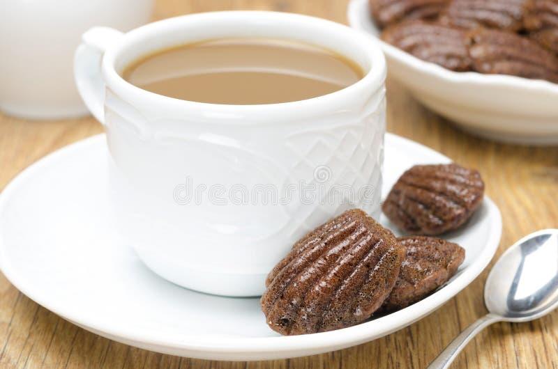 Chocoladekoekjes Madeleine en koffie met horizontale melk, stock foto's