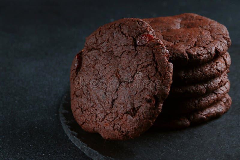Chocoladekoekjes op donkere achtergrond de stapel van browniekoekjes stock foto
