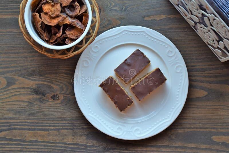 Chocoladekoekjes op een witte plaat op een houten tafel Traditionele cake Ontbijtconcept Koffietijd Levenslang voedsel stock foto's