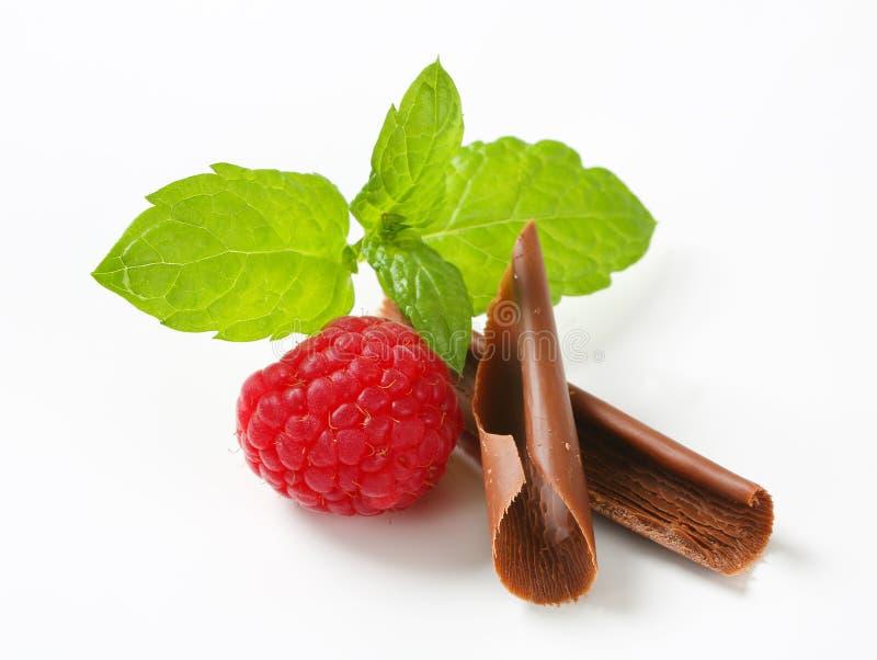 Chocoladekrullen en verse framboos royalty-vrije stock foto's