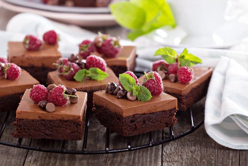 Chocolademousse brownies met framboos stock afbeeldingen