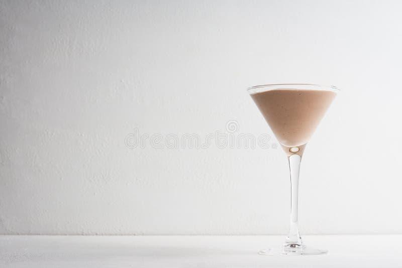 Chocolademousse in martini-glas royalty-vrije stock afbeeldingen