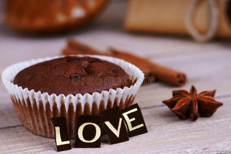 Chocolademuffin, anijsplant en woordliefde royalty-vrije stock afbeelding