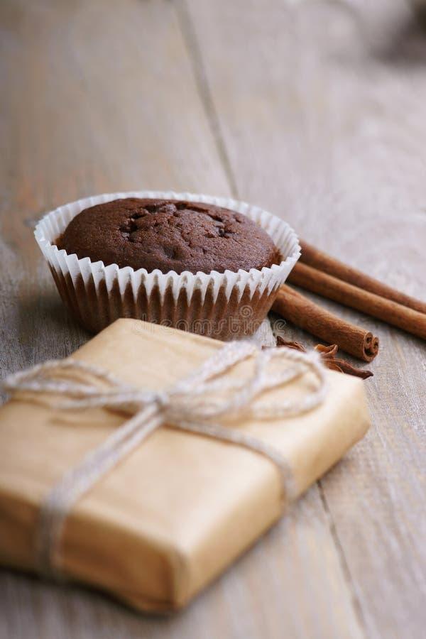 Chocolademuffin en giftdoos stock foto