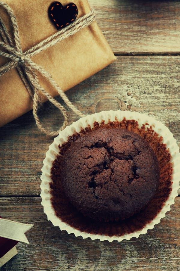 Chocolademuffin, giftdoos en hartvorm stock foto
