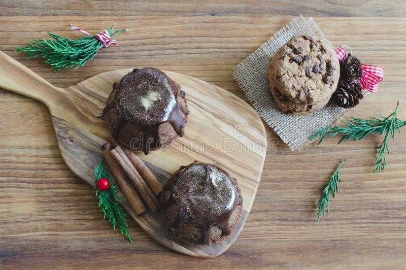 Chocolademuffin op houten achtergrond royalty-vrije stock afbeeldingen