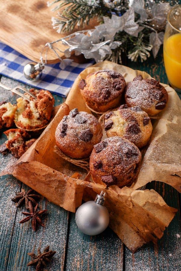 Chocolademuffins met gepoederde suiker op de houten lijst, rusti stock fotografie