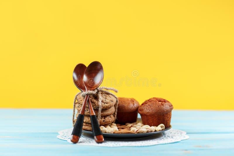 Chocolademuffins op gele en blauwe uitstekende achtergrond royalty-vrije stock foto's
