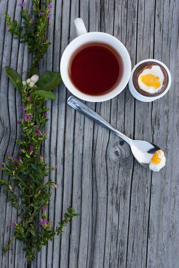 Chocoladepaasei en kop thee royalty-vrije stock afbeeldingen
