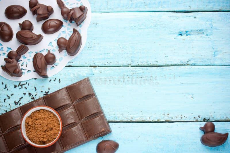 Chocoladepaaseieren, konijnen en eendjes - eigengemaakte chocolat royalty-vrije stock foto's
