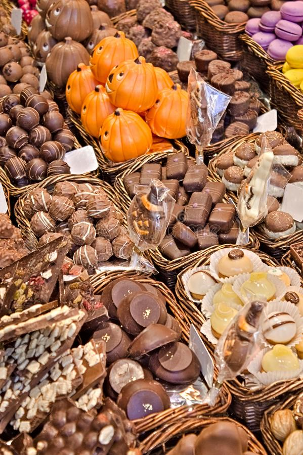 Chocoladeparadijs in dozen Glimlachende pralines royalty-vrije stock afbeelding