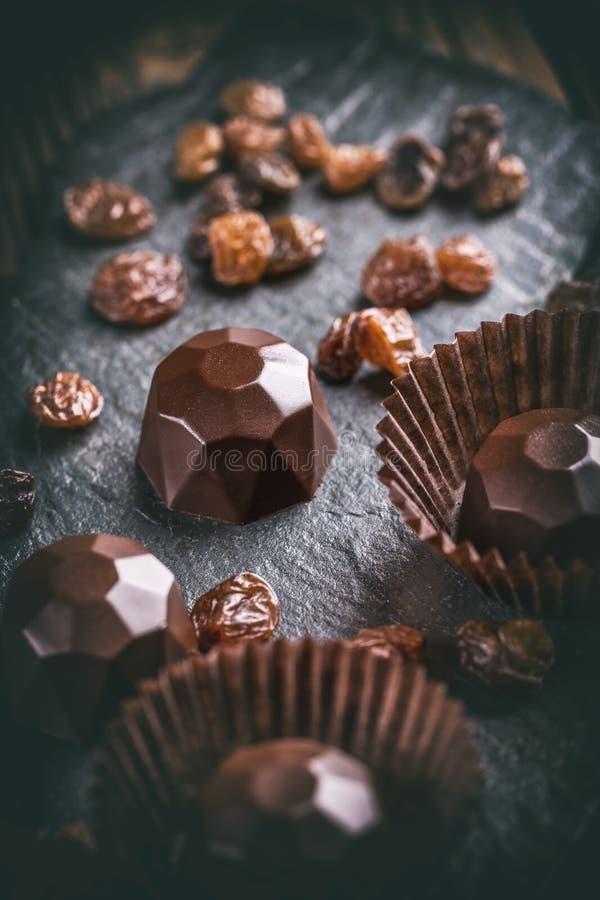 Chocoladepraline met rozijn stock foto's