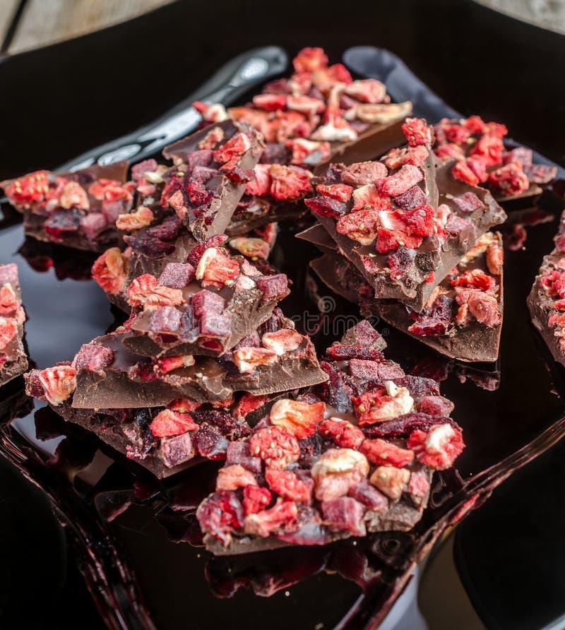 Chocoladereep met droge bessen stock afbeelding