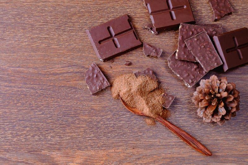 Chocoladerepen en gepoederde chocolade royalty-vrije stock afbeeldingen