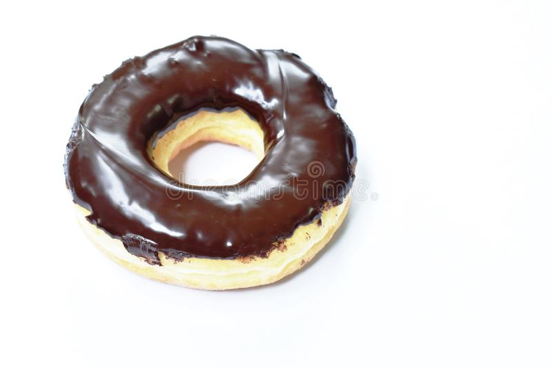 Chocoladeroom donuts op witte achtergrond royalty-vrije stock afbeelding