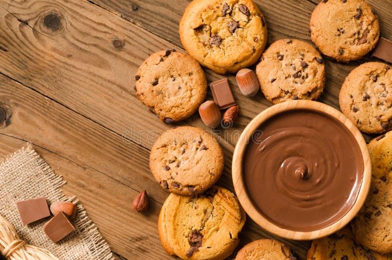 Chocoladesaus en koekjes allen rond - Hoogste mening stock foto's