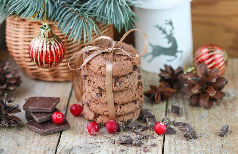 Chocoladeschilferkoekjes, Amerikaanse veenbes en chocolade De giften van Kerstmis royalty-vrije stock afbeeldingen