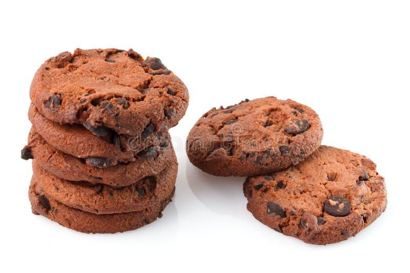 Chocoladeschilferkoekjes die op witte achtergrond worden ge?soleerde Zoete koekjes Eigengemaakt gebakje stock afbeeldingen