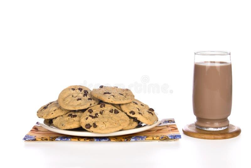 Chocoladeschilferkoekjes en melk royalty-vrije stock afbeelding