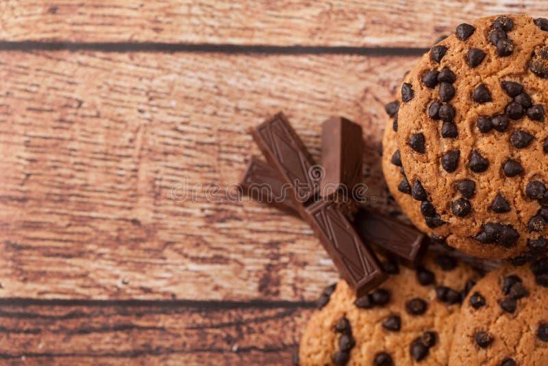 Chocoladeschilferkoekjes op lijst royalty-vrije stock foto