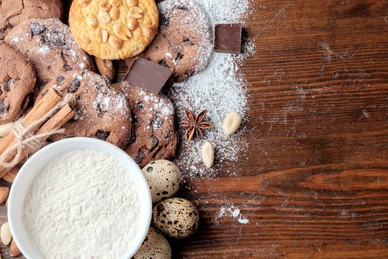Chocoladeschilferskoekjes, koekjes met pinda's en verspreide noten op donkere rustieke textuur royalty-vrije stock foto