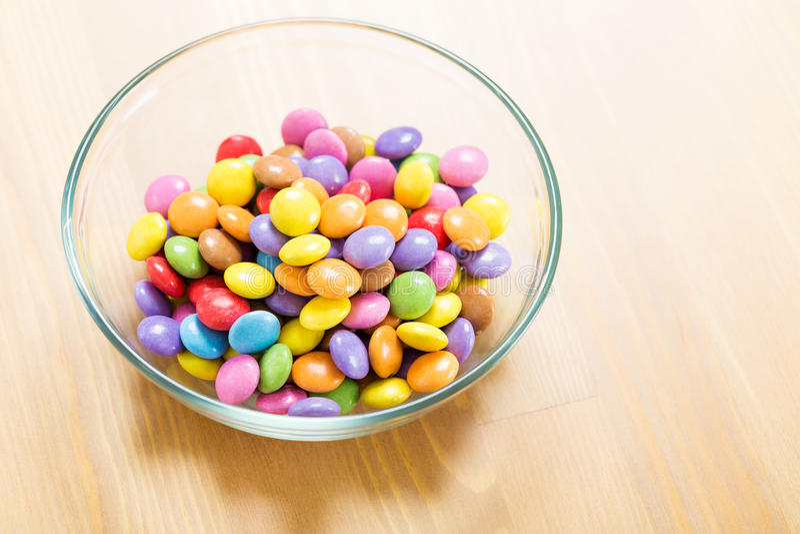 Chocoladesuikergoed in kom royalty-vrije stock foto's