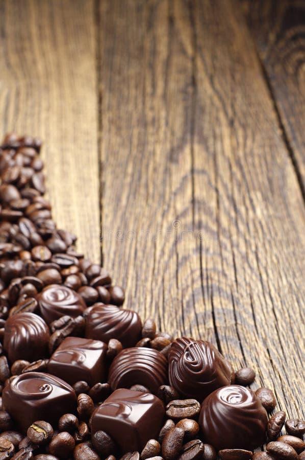 Chocoladesuikergoed met koffiebonen stock foto's