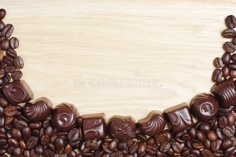 Chocoladesuikergoed met koffiebonen stock fotografie