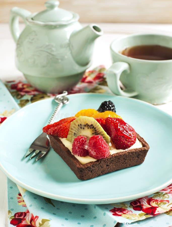 Chocoladetartlet met chantilly roomt en bessen af stock afbeeldingen