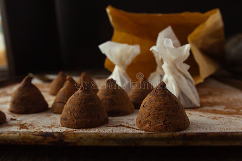 Chocoladetruffels bij het koken van bladclose-up stock afbeeldingen