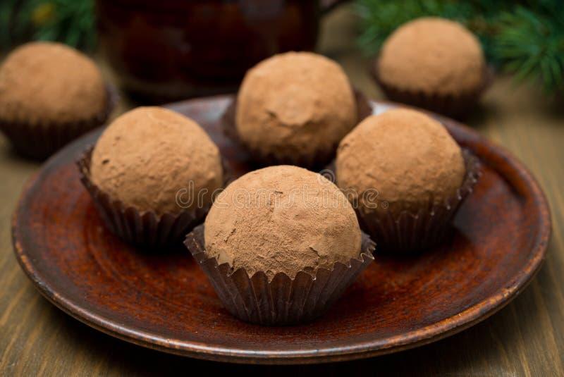 Chocoladetruffels op de plaat royalty-vrije stock fotografie