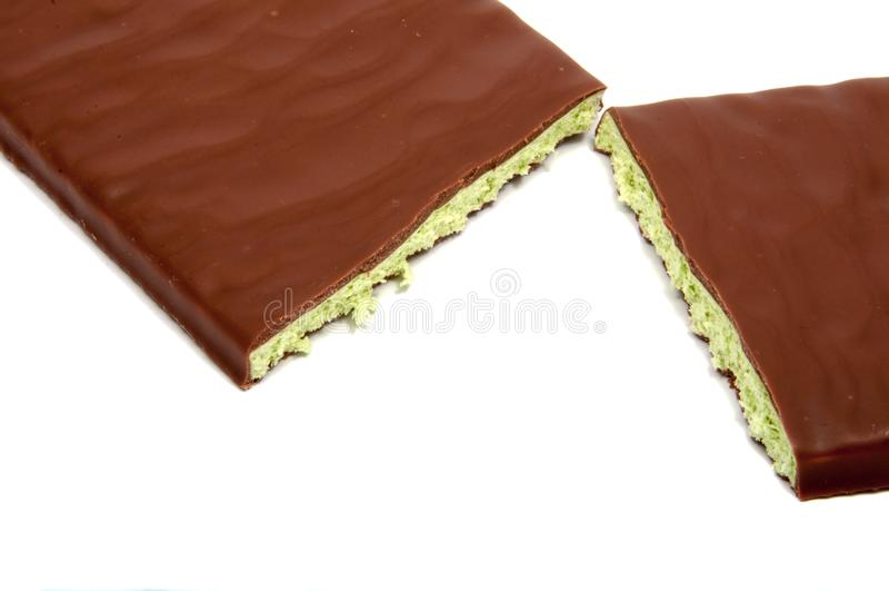 Chocolat au lait avec le remplissage de menthe d'isolement images stock