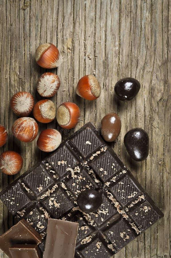 Chocolat avec des écrous photos stock