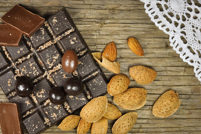 Chocolat avec des amandes images stock